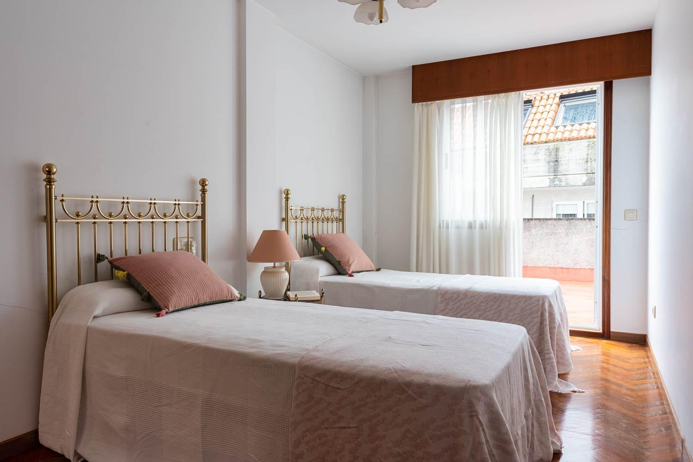 Dormitorio con acceso a terraza