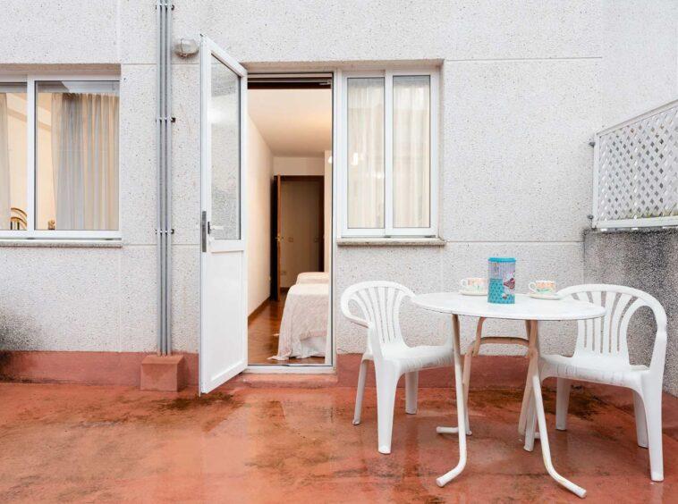 Terraza con mesa y silas_café