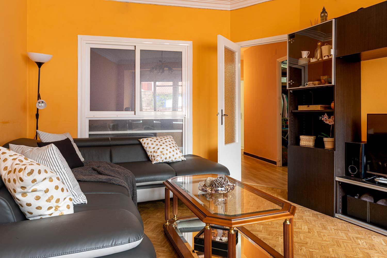 Salón con sofá de cuero y mueble de diseño