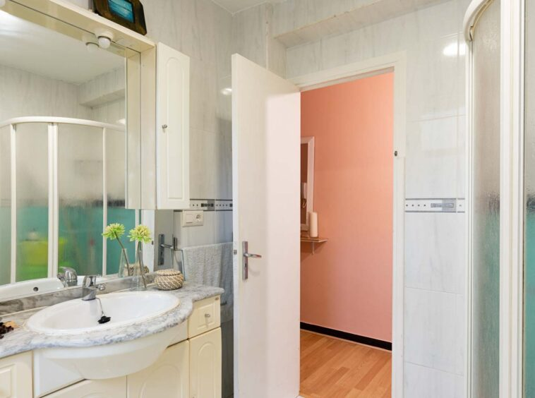 Cuarto de baño con ducha con mampara
