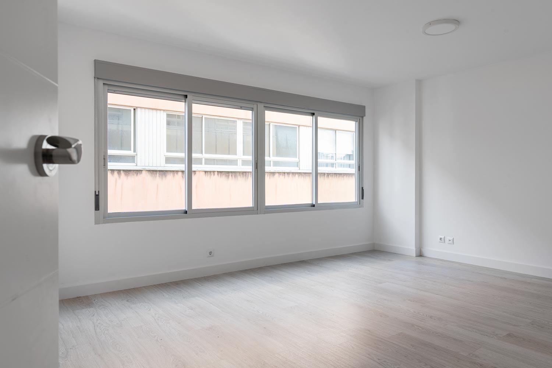 Salón con amplio y luminoso ventanal