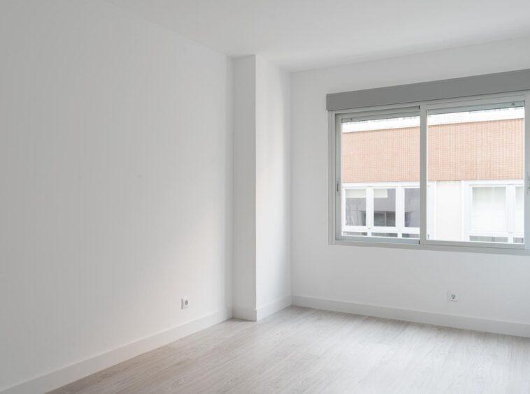 Dormitorio muy luminoso con armario empotrado