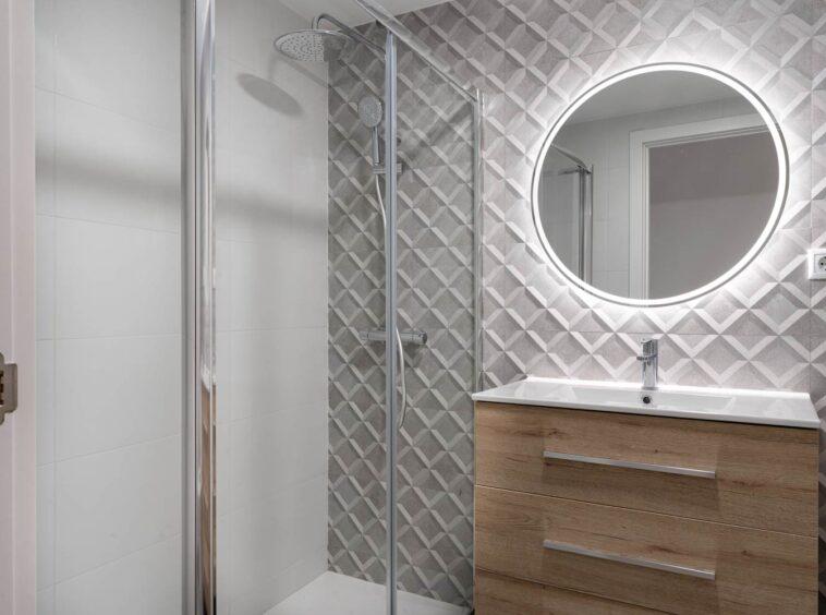 Cuarto de baño con ducha de gran tamaño